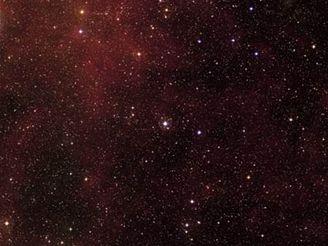Hvězdná soustava s exoplanetou HD 209458b (jasný bod zhruba uprostřed)