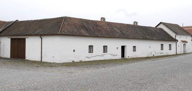 DĚDICE. Dům v Dědicích měl být podle propagandy rodným domem Klementa Gottwalda.