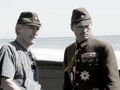 Clint Eastwood při natáčení filmu Dopisy z Iwo Jimy
