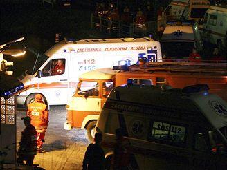 Vozy záchranářů a hasičů před vjezdem do areálu Vojenského opravárenského podniku