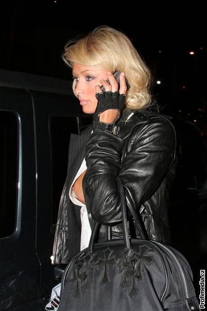 Paris Hiltonová si během policejní kontroly výstřih neuhlídala (27.2.2007)