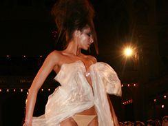 módní přehlídka během plesu L´Oreal