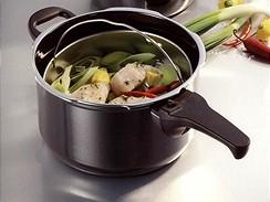 Nerezový tlakový hrnec šetří při přípravě pokrmu čas i energii
