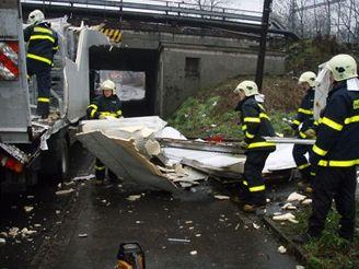 Pod železničním mostem v Ostravě uvízl kamion