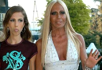 Kliknutím zobrazíte větší formát - Donatella Versace s dcerou Allegrou, která trpí anorexií