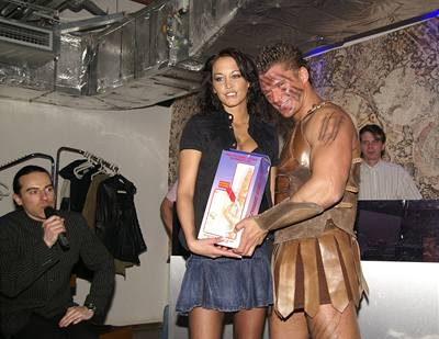 Kliknutím zobrazíte větší formát - Agáta Hanychová se striptérem Alexem a hlavní výhrou - obřím vibrátorem, vlevo je moderátor večera Richard Sacher