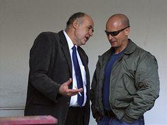 Pavel Šrytr (vpravo) se svým obhájcem Jaroslavem Beldou u soudu v Semilech