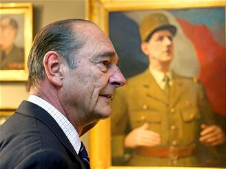 Jacques Chirac před portrétem Charlese de Gaulla