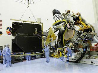 Montáž sondy Mars Reconnaissance Orbiter