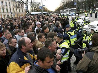 Střety policie a ruských demonstrantů v ulicích estonského Tallinnu