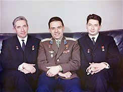 Vladimir Komarov (uprostřed) s kolegy z lodi Voschod