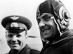 Vladimir Komarov (vpravo) a Jurij Gagarin