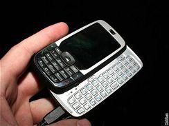 HTC Vox s vysunutou klávesnicí v ruce
