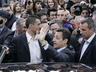 Nicolas Sarkozy u volební místnosti v Neuilly-sur-Seine.