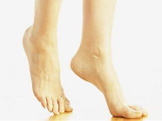 Bolest, pálení, mravenčení, otoky a další zdánlivě nenápadné potíže s chodidly mohou signalizovat velký problém.