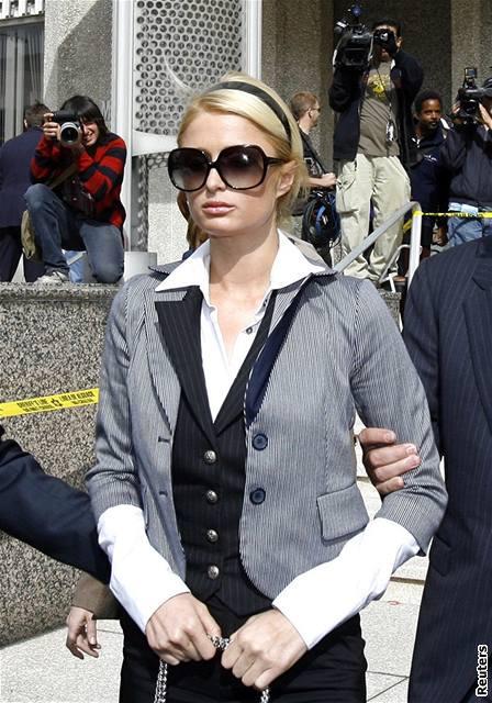 Paris Hiltonová odchází od soudu