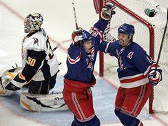 Rok 2007: Jarom�r J�gr a Brendan Shanahan slav� g�l NY Rangers.