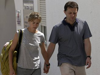 Rodiče čtyřleté Britky Madeleine McCannové, kterou někdo unesl z bungalovu v Portugalsku