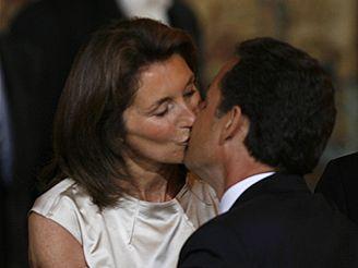 Nicolas Sarkozy líbá svou manželku Cecilii
