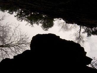 Rozštípená skála u řeky Sázavy