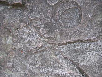 Nůžky vyryté do kamenu