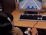 Děti se díky speciálnímu joysticku učí například i jezdit na exteriérovém vozíku