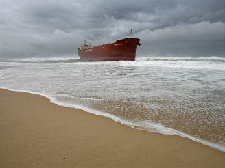 Nákladní loď uvízla v silné bouři u pobřeží New South Walesu