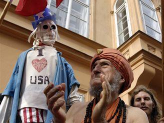 Demonstrace Komunistického svazu mládeže a Pražské rady KSČM před velvyslanectvím USA v Praze.