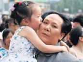 Za Maových časů by tohle nedopadlo dobře. Jedenapadesátiletá žena (!) Čchen Jan, která jako by Maovi z oka vypadla, se předvádí s dítětem při natáčení pořadu pro čínskou televizi