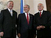 Premiér Topolánek s prezidenty Bushem a Klausem