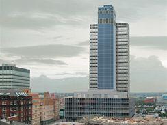 Budova SHARP CIS Tower v Manchestru je celá obložená solárními panely