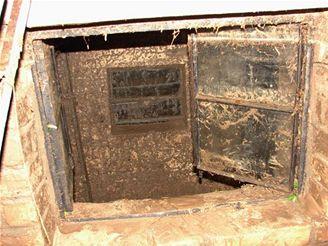 okno, kterým se valila bahno do jednoho z domů v Bojanovicích na Kroměřížsku