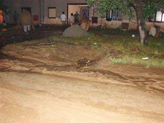 bahnem zatopená ulice v Bojanovicích na Kroměřížsku