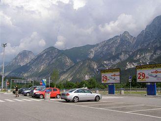 Dálniční odpočívadlo pod italskými Alpami