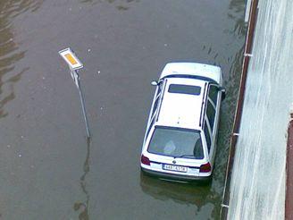 Zatopená ulice v pražské Bubenči