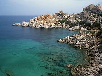 Skalnaté pobřeží Sardinie