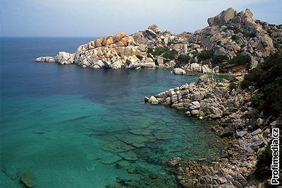 Kliknutím zobrazíte větší formát - Skalnaté pobřeží Sardinie