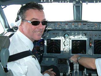 Pilot Petr Jirmus v kokpitu letadla