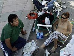 Lidé čekají na iPhone v kalifornské Santa Monice
