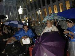 Lidé čekají na iPhone v New Yorku