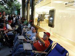 Lidé čekají na iPhone v kalifornském Palo Alto