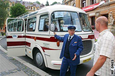 MFFKV - p�íjezd autobusu na po�est filmu Florenc 13:30