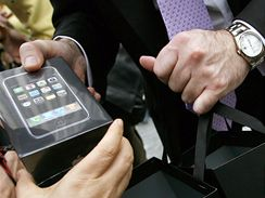 iPhone se začal prodávat
