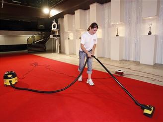 MFFKV - půlnoční úklid červeného koberce v hotelu Thermal