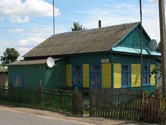 Tradiční dřevěný domek na běloruském venkově