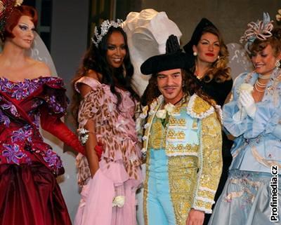 Britský návrhář John Galliano obklopený modelkami na přehlídce své nové kolekce (2. července 2007)