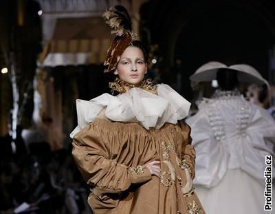Fotografie z módní přehlídky Dior, na níž předvedl svou novou kolekci britský návrhář John Galliano (2. července 2007)