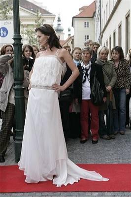 Kliknutím zobrazíte větší formát - Svatební šaty