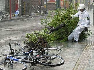 Silný vítr vyvracel stromy, převracel nejen bicykly, ale i nákladní auta.