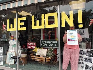 Pracovnice obchodu ve vermontském Springfieldu slaví vítězství v simpsonovské soutěži
